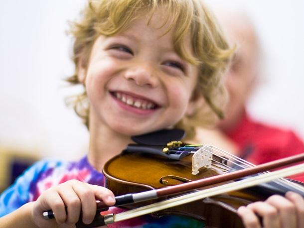 smiling-child-playing-violin